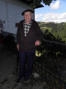 Antonio Igartzabal, Aranburu jaiotetxeko atarian, 2011ko uztailean. AMM