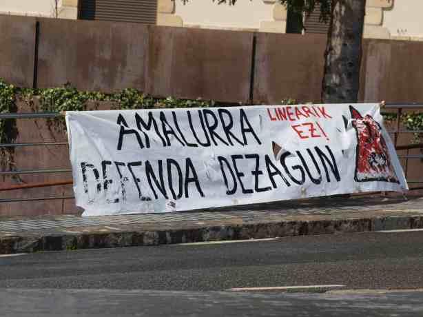 Goi tentsioko azpiegituren aurkako pankarta, Euskal Herriko Itzulia Gabiriatik pasatu zenean, apirilaren 5ean./AMM